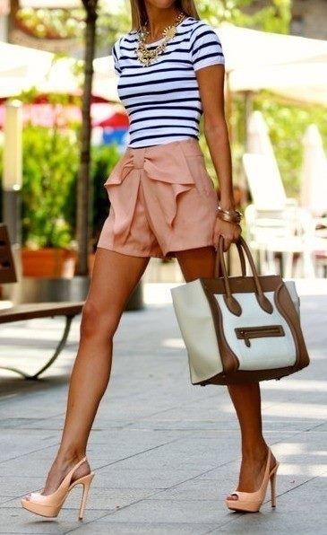 Photo of weißes und schwarzes horizontal gestreiftes T-Shirt mit einem Rundhalsausschnitt, rosa Shorts, hellbeige Leder Sandaletten, weiße und braune Shopper Tasche aus Leder für Damen