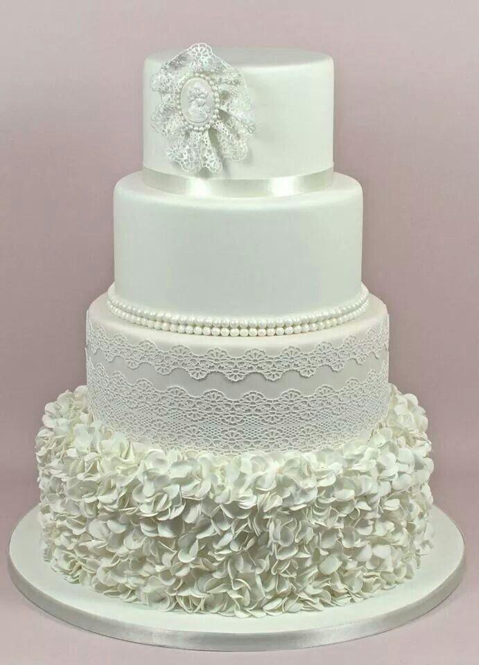 Demasiado elegante esta torta toda en blanco! #cake #torta #tortadebodas #tortaparabodas #cake #weddingcake #blanco #bodaenblanco