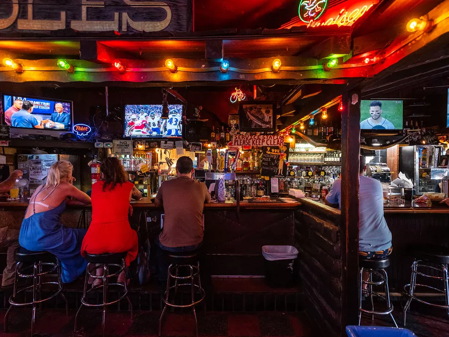 17 Essential Dive Bars In Los Angeles In 2020 Dive Bar Los Angeles Diving