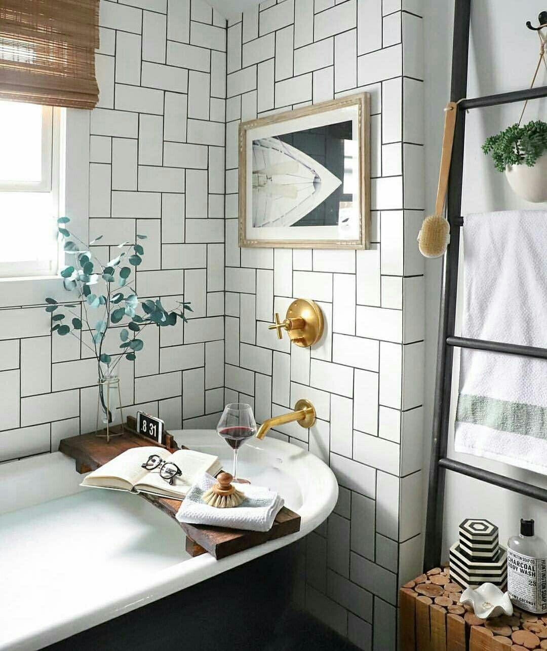 Banheiro Com Banheira E Azulejo De Metro Colocado De Forma Decorativa Glitterguide Banheiro Banheira Bathroom Interior Amazing Bathrooms Bathrooms Remodel