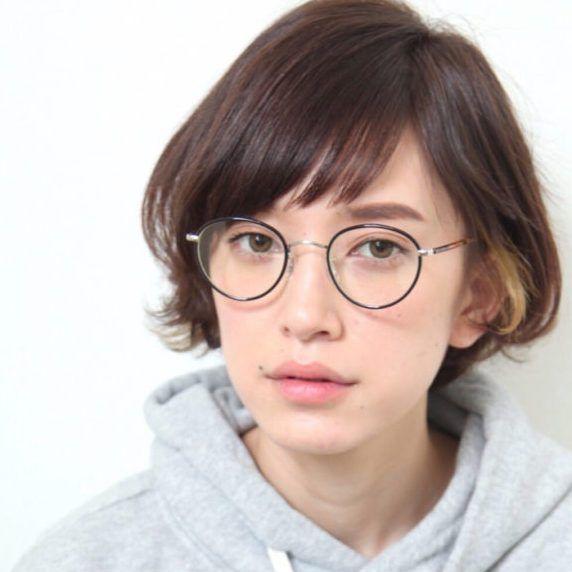 大人女子でも気軽に取り入れられるアシンメトリーヘアの「アシメバング」をご紹介します。前髪のちょっとした表情で、いつもと違う自分に出会えちゃいますよ。またアシメバングは顔を細く見せてくれて、小顔や若見えを実現!ぜひ参考にしてみてくださいね。