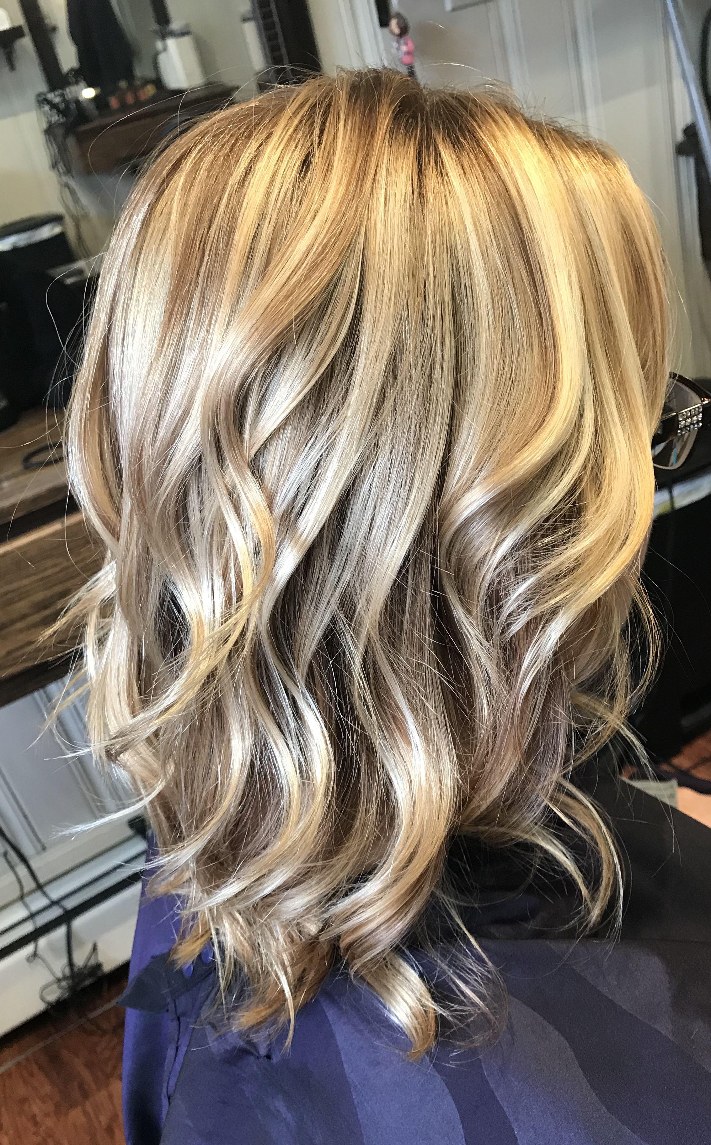 Bright Blonde Highlights On Dark Blonde Hair Color Short Hair Pictures Short Wavy Hair Hair Styles