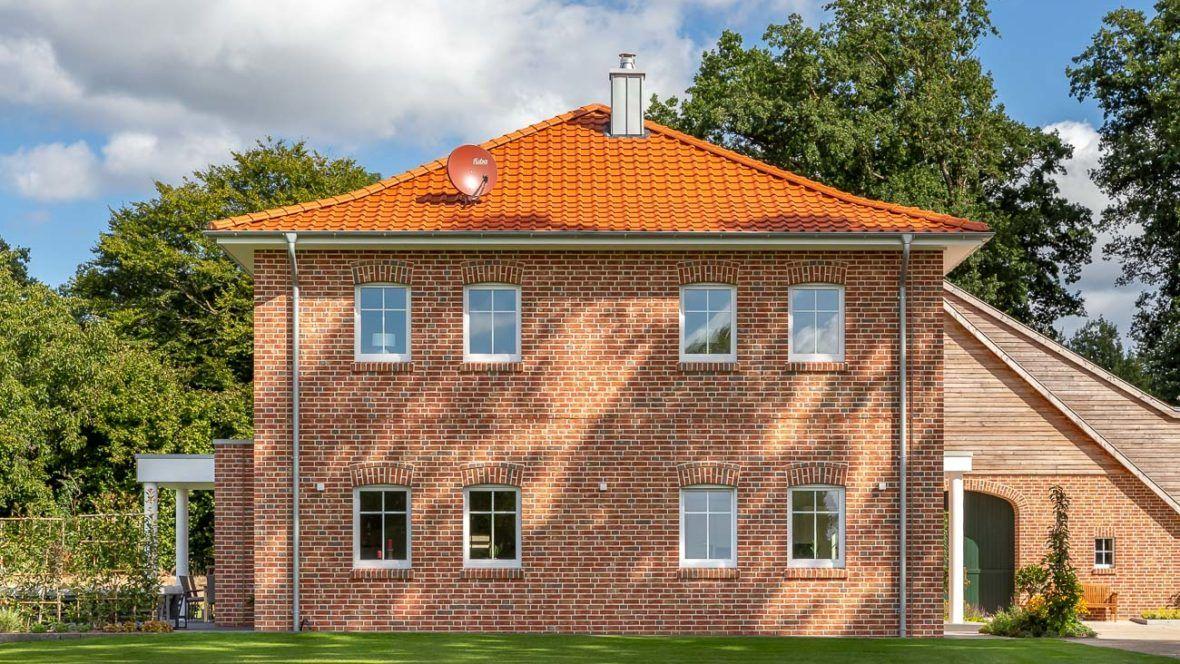 Anmutiges Einfamilienhaus mi Flachdachziegel und Schmuckfirst