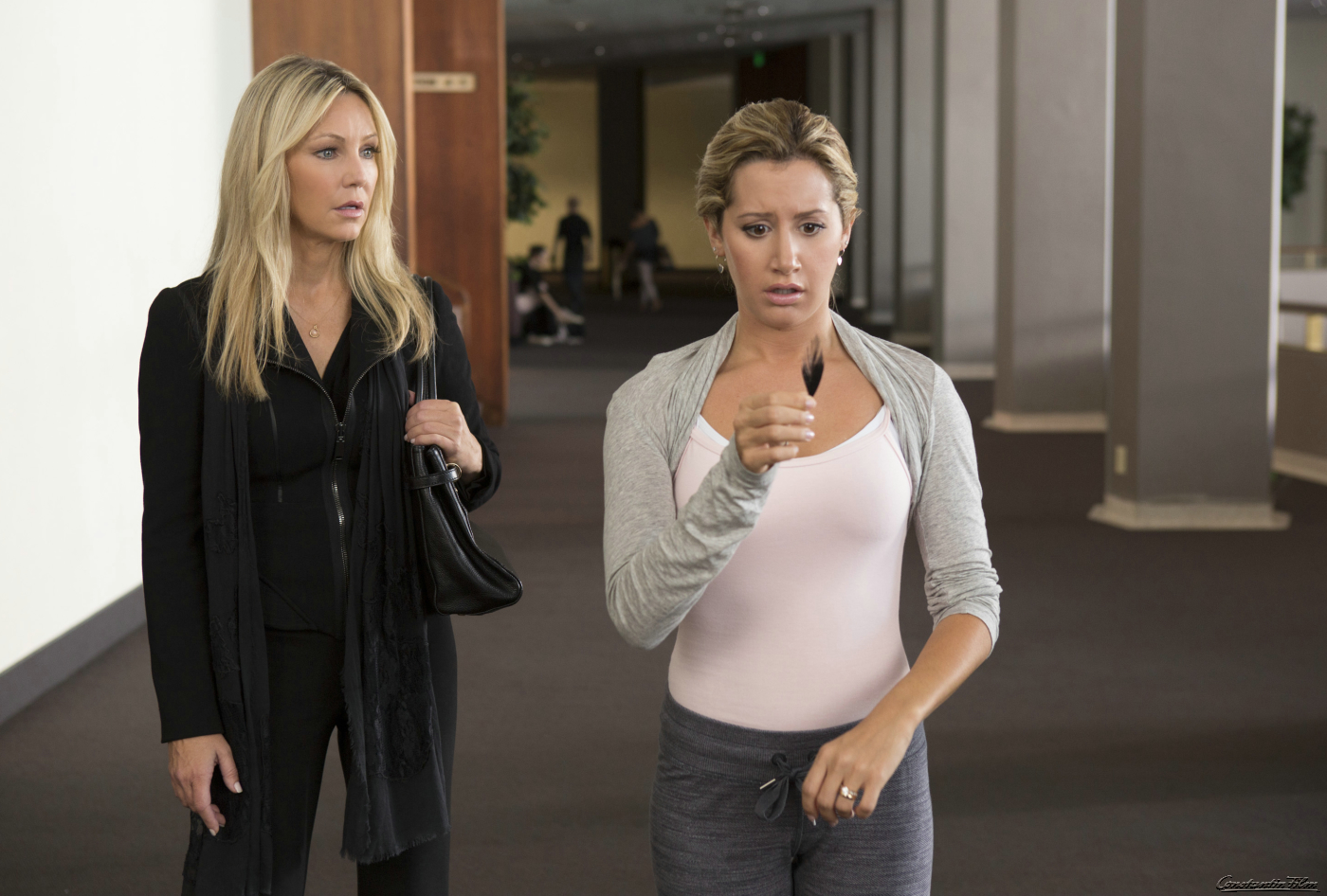 Was hat die Feder zu bedeuten? Jody (Ashley Tisdale) und ihre Mutter (Heather Locklear) rätseln noch…  SCARY MOVIE 5 - Ab 25. April im Kino.