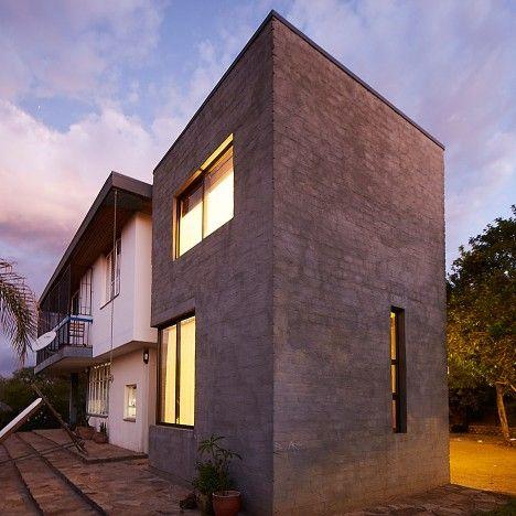 Phillip Lühl utilise des «briques de béton en sac» pour construire