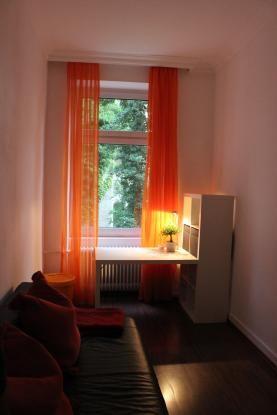 orange farbene Gardinen 11 qm möbliertes Zimmer in 3er WG