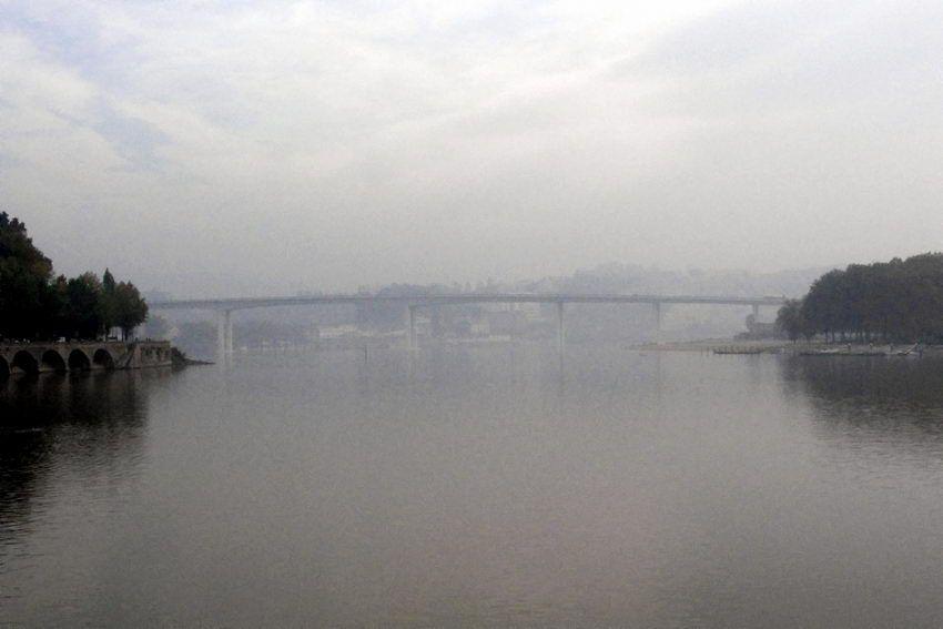 O rio #Douro entre Porto e Gaia, as neblinas e o #BarcoRabelo associado pelo Vinho do Porto. Pontes: #Freixo, S.João, Dª Maria, Infante, D. Luís, Arrábida