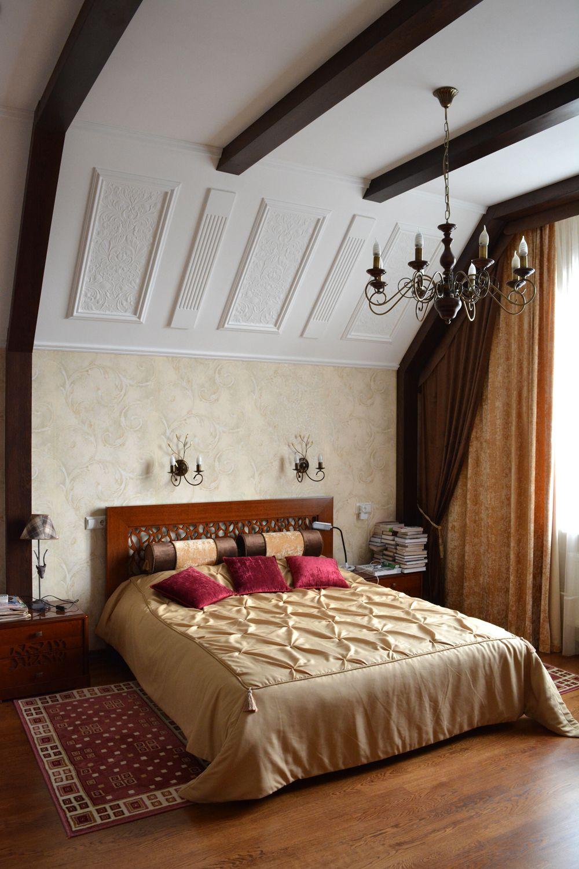 Классический интерьер спальни в сдержанном английском стиле.На стенах использовался орнамент барельефа из линкрусты. Деревянные балки на потолке придают некую брутальность интерьеру.