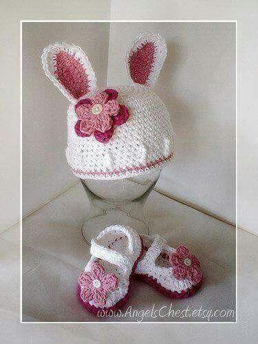 Gorro con orejas de conejo, adornado con una hermosa flor y zapatos ...