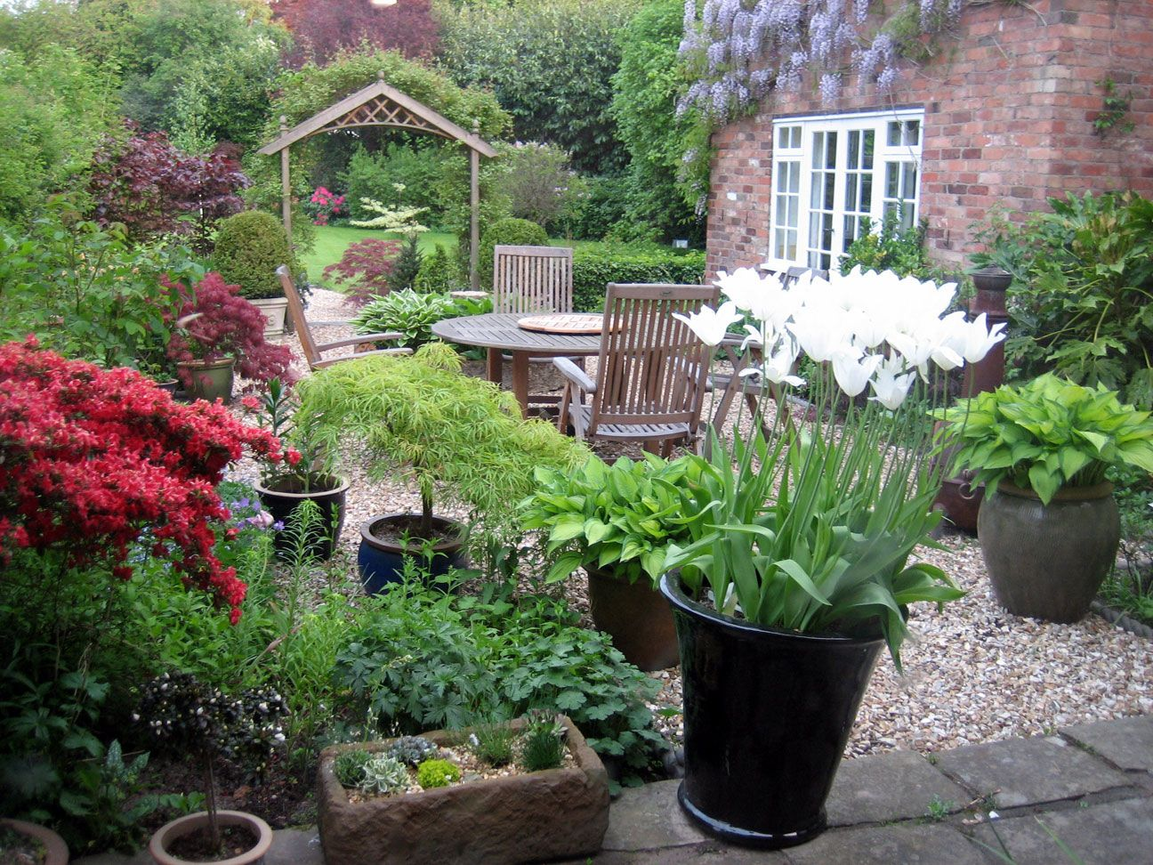 Small courtyard traditional courtyard garden design for Small garden courtyard designs