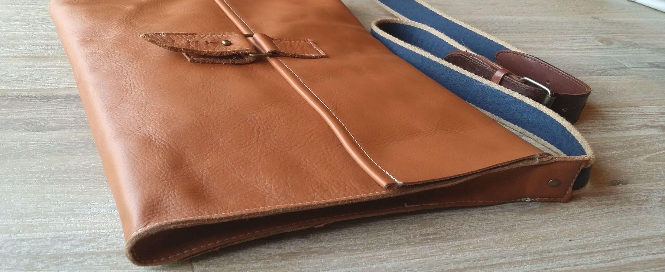 Aktetas gemaakt van leer, hengsel is van en riem gemaakt. Zoals de andere producten gemaakt van leer is ook deze tas gemaakt van leer restanten.  Kijk op https://met-pit.nl