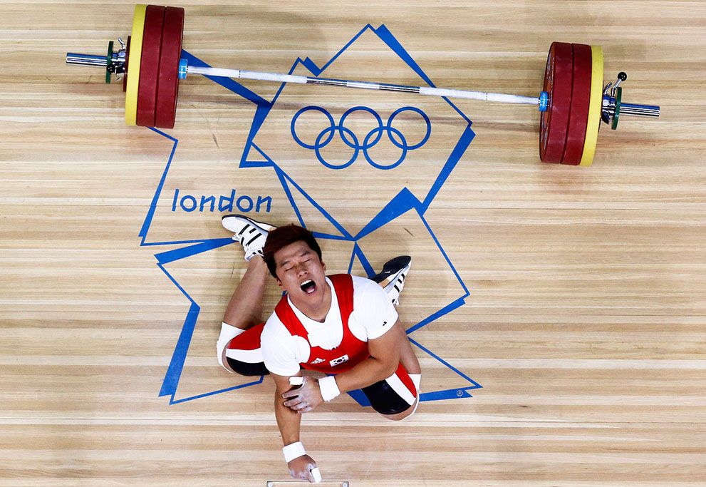 South Korea's Jaehyouk Sa shouts after badly injuring his elbow in the men's 77Kg Group A weightlifting competition at the ExCel venue, on August 1, 2012.
