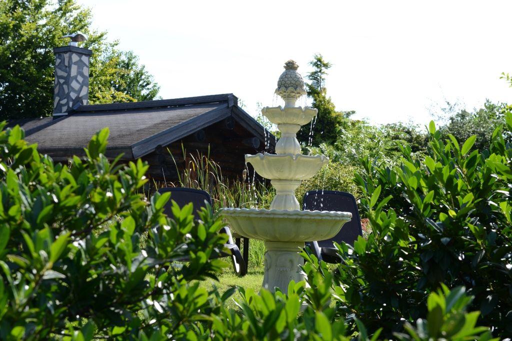 Fabulous Springbrunnen und einer kleiner Bachlauf pl tschern im Wellnessgarten