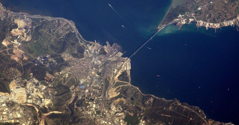 PONTE DE OSMAN GAZI: ponte suspensa que liga as cidades turcas Istambul e Izmir, a quarta mais longa do mundo e a segunda mais longa da Europa, com 2.682 metros de comprimento. Fica sobre o Mar de Mármara. A foto foi tirada no dia 27 de abril de 2017 direto da Estação Espacial Internacional