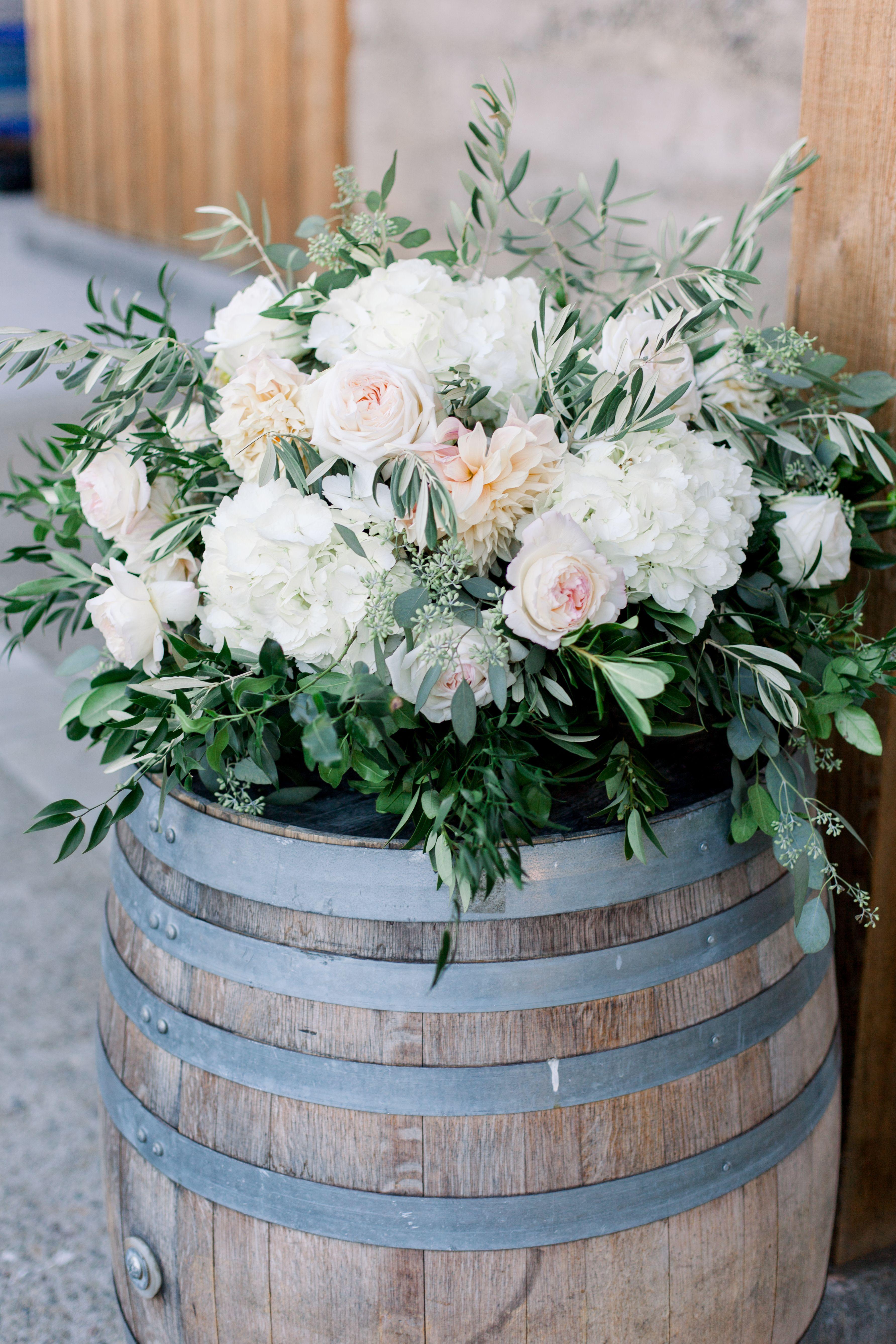 Unsymmetrical barrel arrangement with lots of greenery