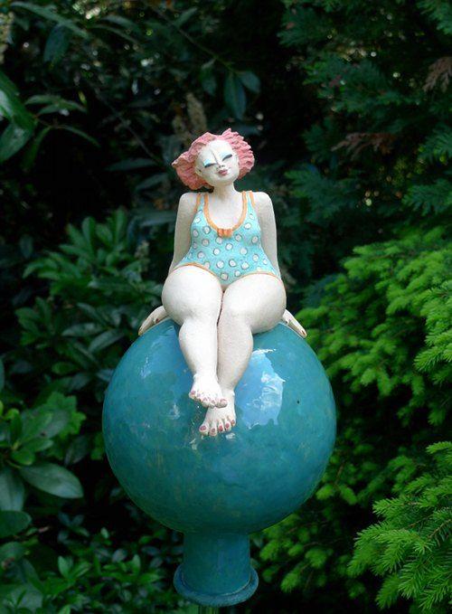 Die Schone Auf Der Erbse Gartenfigur Auf Kugel Figur Gartenfiguren Keramik Kunst