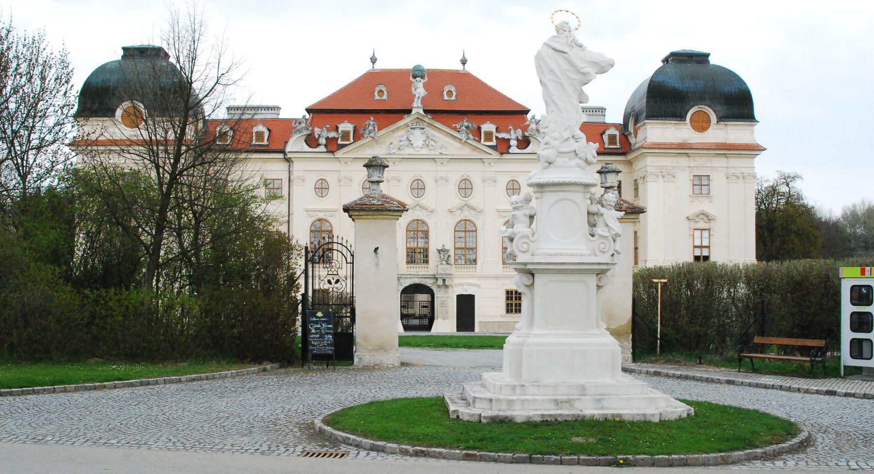 Schloss Riegersburg, Lower Austria. Das Schloss Riegersburg ist ein Schloss im gleichnamigen Ort Riegersburg bei Hardegg an der Grenze zur Tschechischen Republik. Riegersburg ist der westlichste Ort im niederösterreichischen Bezirk Hollabrunn