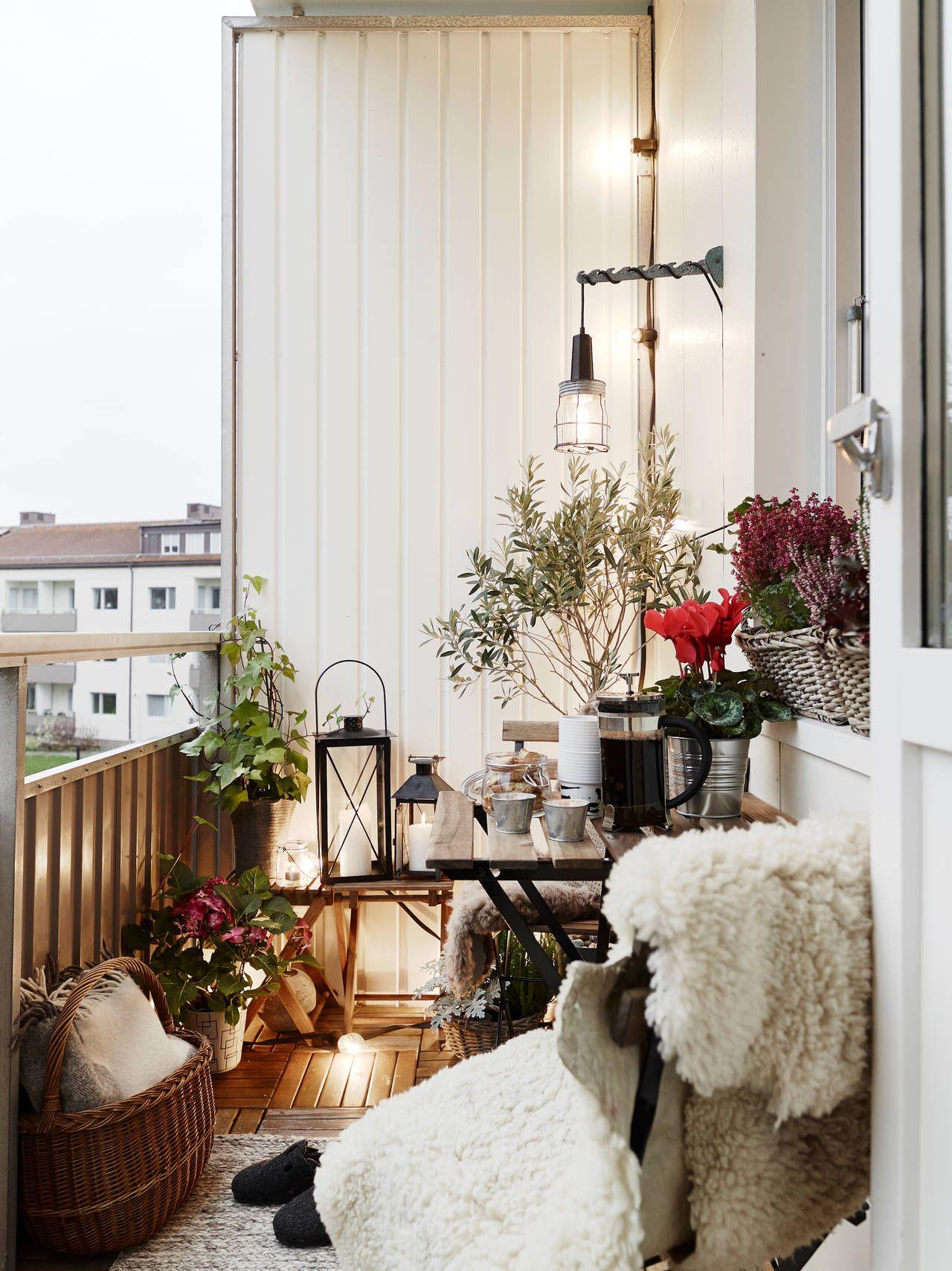 gemütlicher balkon mit fell und holz | balkon ideen | balkon, Gartengerate ideen