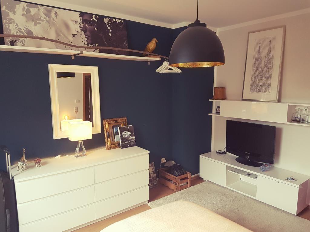 Schön Eingerichtetes Schlafzimmer Mit Dunkelblauer Wand. #wg #köln,  Schlafzimmer Entwurf