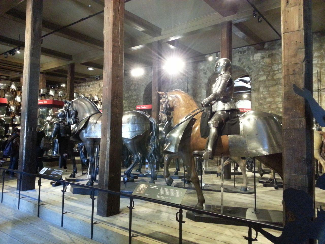 ロンドン塔 ー ホワイト タワーでロイヤル武器庫 最初の部屋は馬の武器庫です たくさんプレートアーマーがあります 騎士と馬のために Tower Of London The Royal Armouries Of White Tower London Sightseeing Sightseeing London