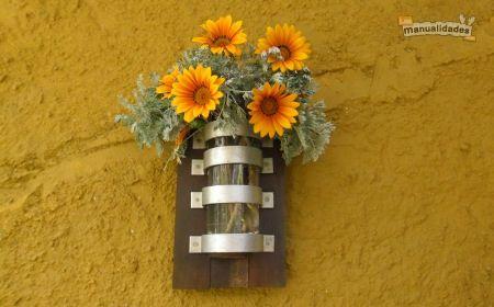 Un florero de pared reciclado para decorar la casa