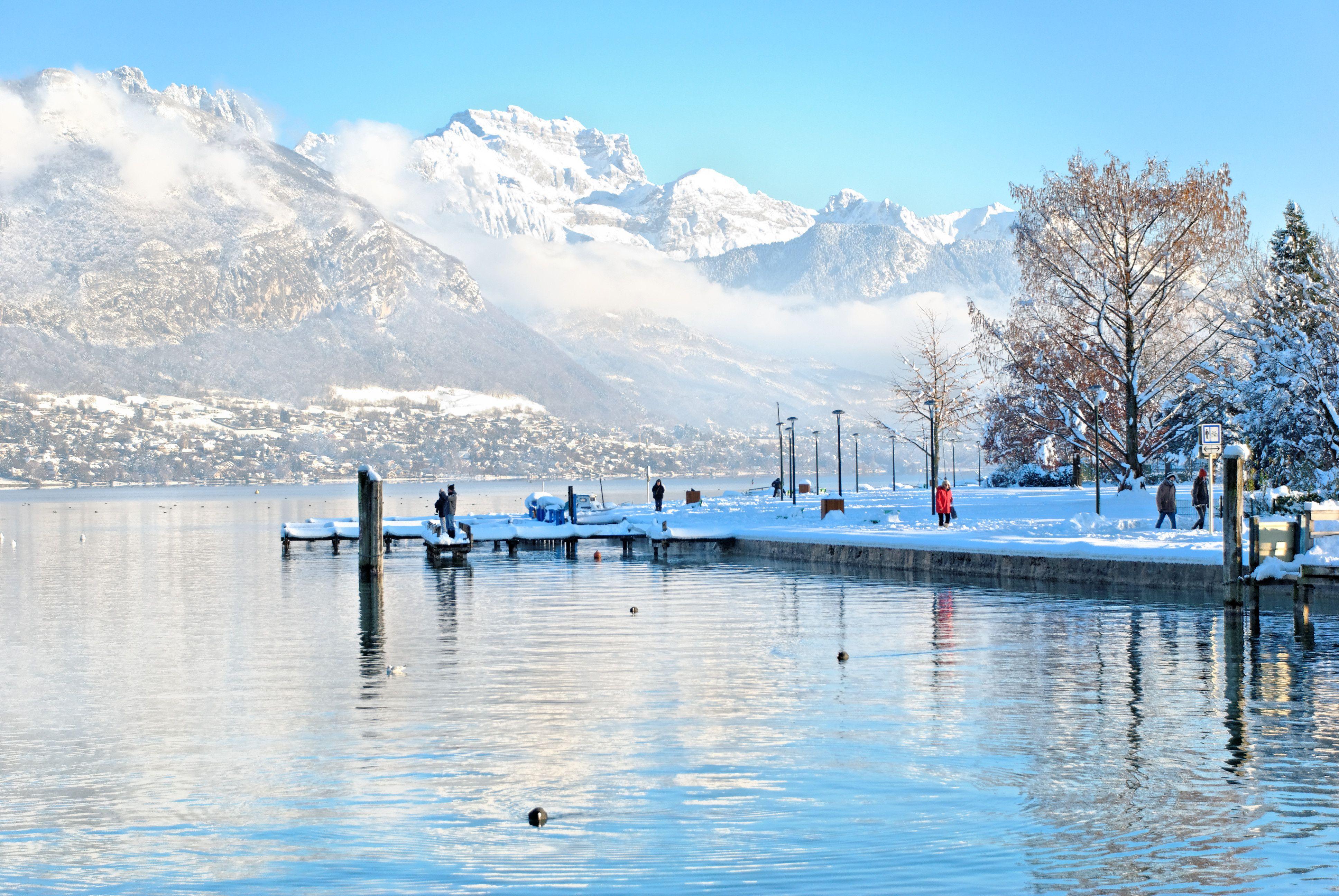 Le lac d 39 annecy en hiver avec vue sur la tournette for Agence paysage annecy