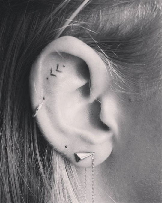 16 Tiny Ear Tattoos That Are Perfect For Minimalists Tattoos Girly Sleeve Tattoo Neck Tattoo