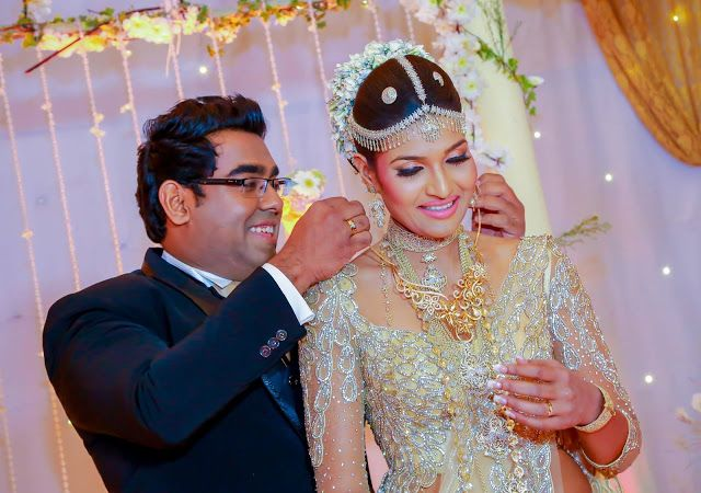 Srilanka Sinhala Wedding Photos Lakme Perera S Wedding Sri Lankan Wedding Photo Wedding Photos Srilankan Wedding Glamorous Wedding
