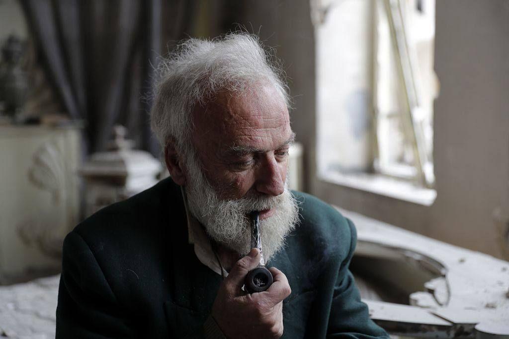 انتشرت هذه الصورة التي وثقتها عدسة مصور وكالة فرانس برس جوزيف عيد في مدينة حلب لرجل سوري يبلغ من العمر 70 عاما و اعتاد الشيخ محمد محيي الدين أنيس Instagram