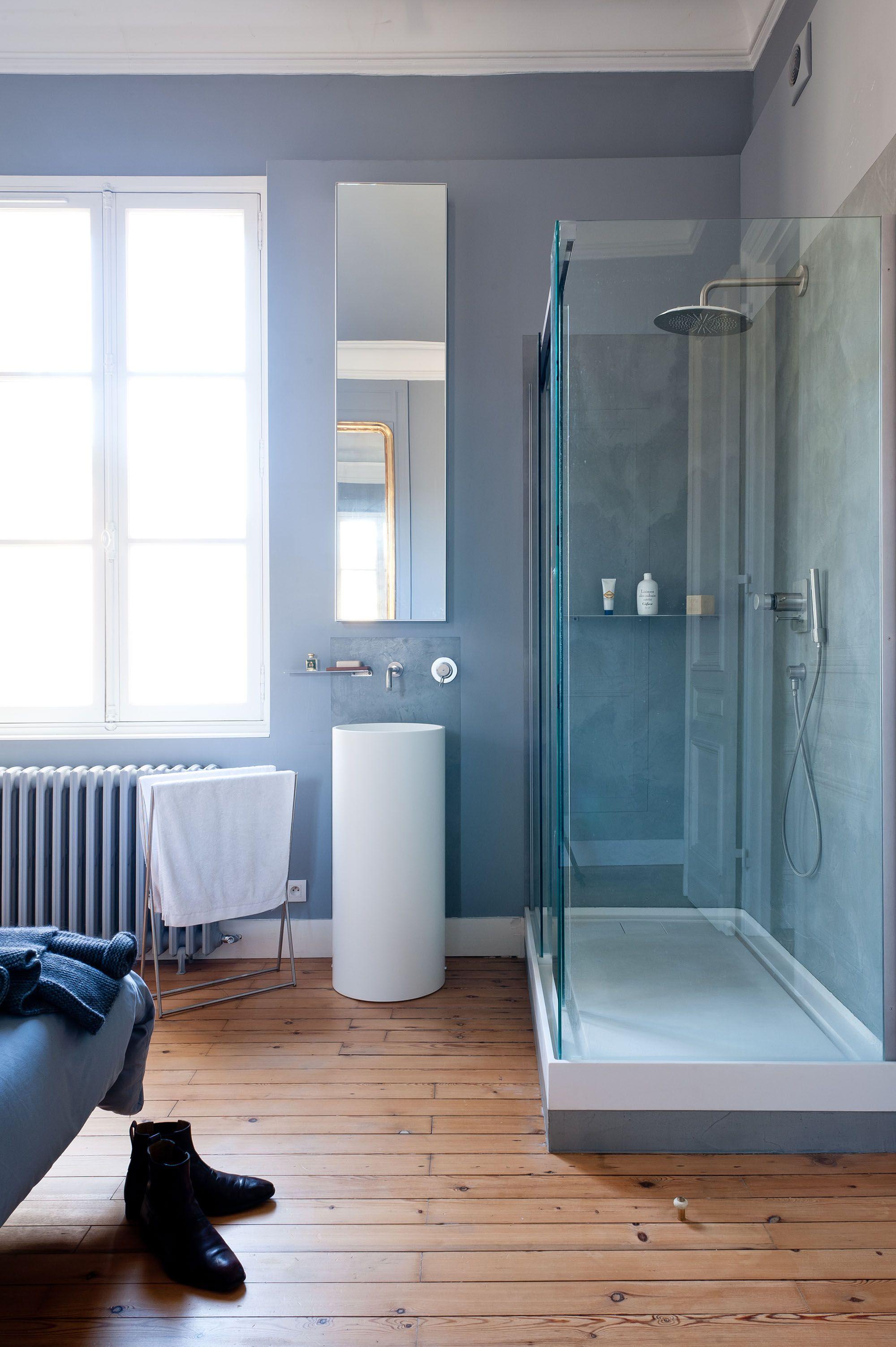salle de bains am nag e dans chambre bleue et blanche avec ornements anciens dans appartement. Black Bedroom Furniture Sets. Home Design Ideas