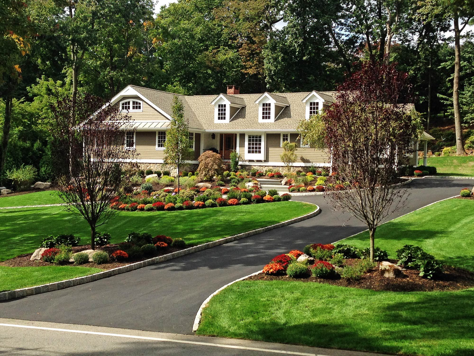 15 residential landscaping design you must know for Circular driveway layout