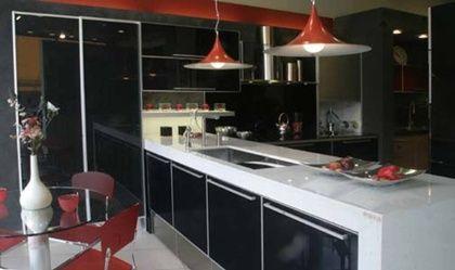 diseno de cocina moderna en negro y blanco con paredes rojas