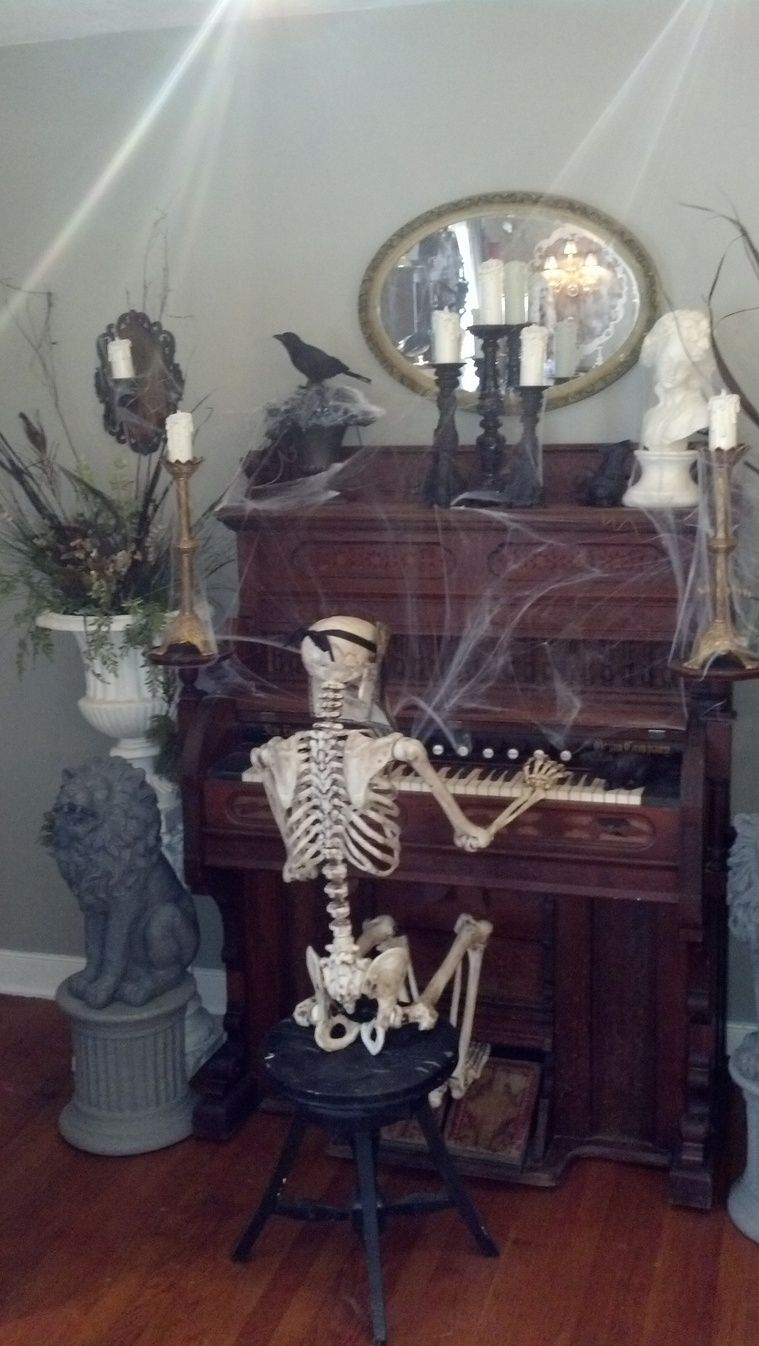 Halloween Skeleton How cool! I love love love this! Haunted - halloween houses decorated