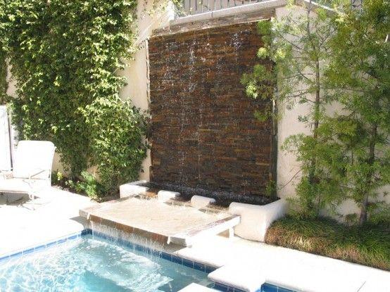 cascada para jardin con en piscina