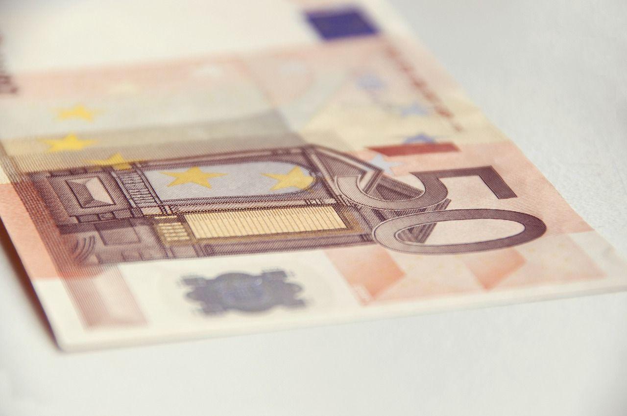 So erkennen Sie falsche Euro-Scheine. Lesen Sie zu diesem wichtigen Thema den Beitrag im Seniorenblog: http://der-seniorenblog.de/produkte-senioren/verbraucherinfos-sonderangebote/ . Bild: CC0