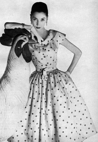 Nel guardaroba di qualsiasi ragazza anni 50 il posto d onore era occupato  da un fresco vestito a pois 87b573e2865