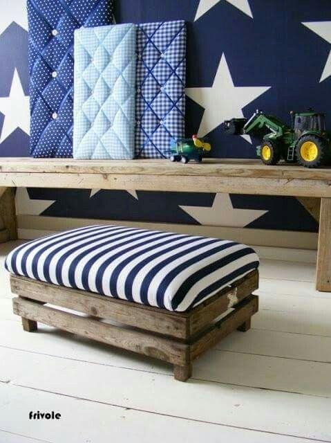 Cajon de madera , con almohadon para ser usado como asiento ...