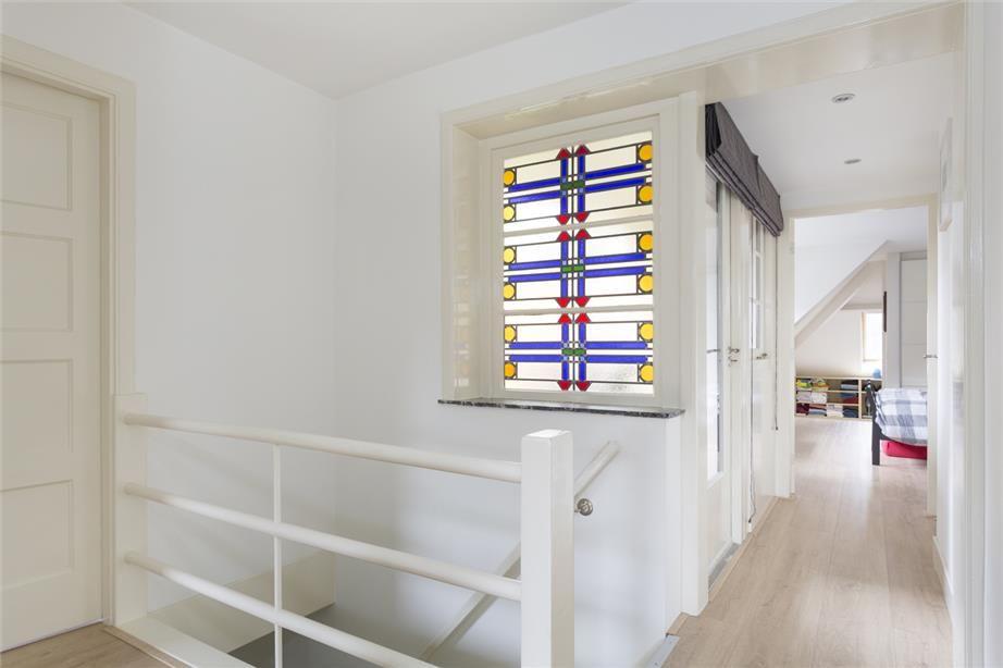 """In de fraaie villawijk """"Hoge Dennen"""" te Zeist is deze over twee verdiepingen fors uitgebouwde helft van een dubbel woonhuis gelegen. Het betreft hier een bijzonder goed onderhouden, en recent hoogwaardig gerenoveerde jaren '30 woning waarin u een pe..."""