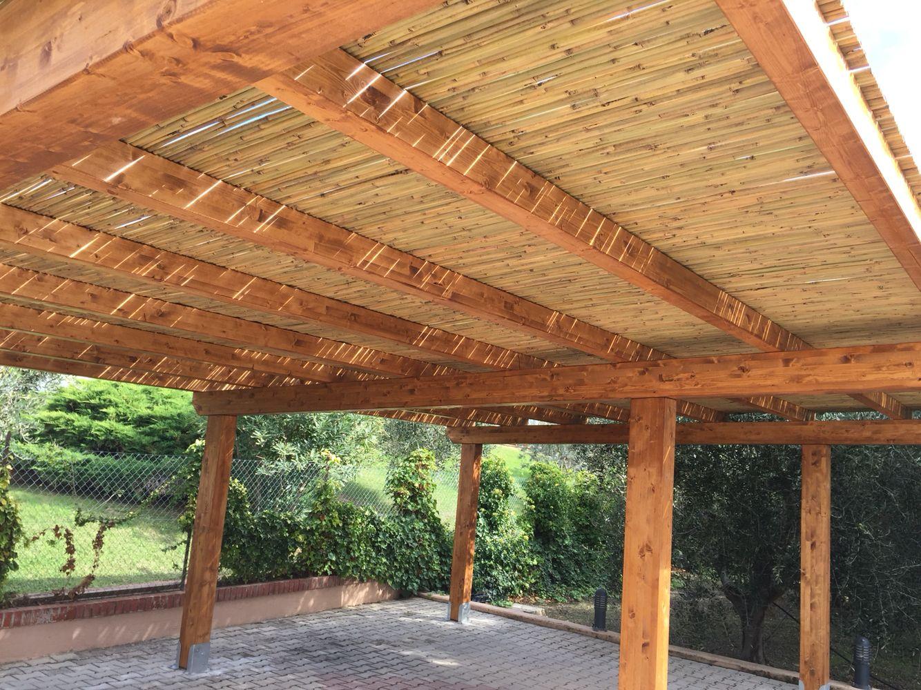 tettoia per auto con copertura in canne di bamb