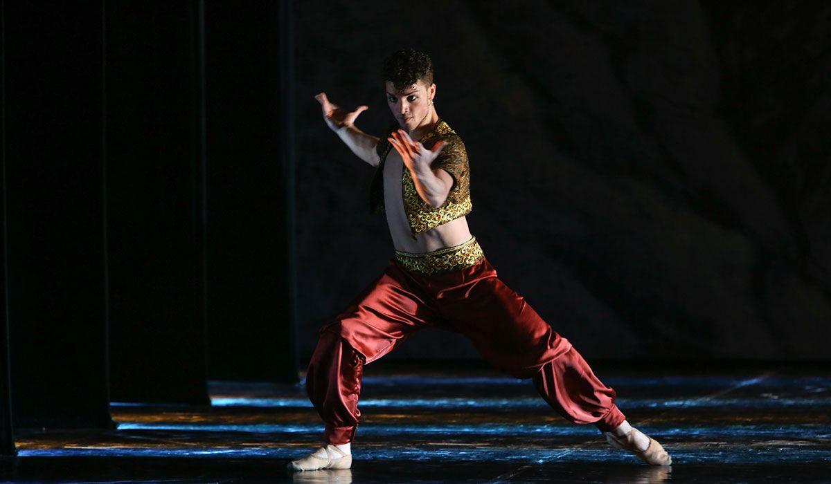 In principio, ma molto in principio, fu un poema di Lord Byron, Maestro del romanticismo inglese, del 1814. Seguirono Margot Fonteyn e Rudolf Nureyev.E grazie al loro carisma, e alla conoscenza del repertorio russo e sovietico da parte del danzatore, se il famoso passo a due da Le Corsaire è divenuto un imprescindibile momento di bravura dei gala di danza. Ed è da lì che è cominciata la nuova avventura di questo grandioso ba…