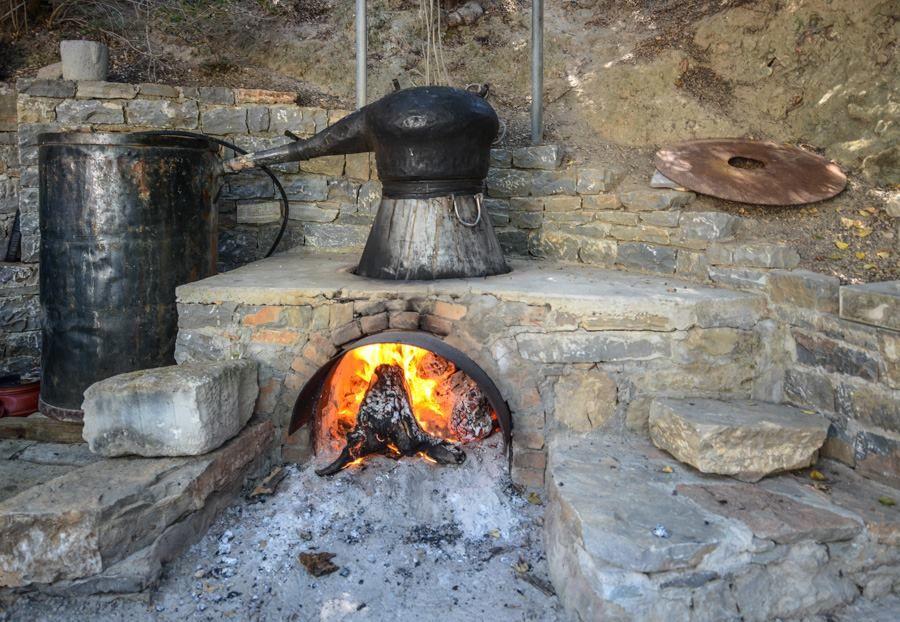 Πισκοκέφαλο Σητείας, Λασίθι Κρήτης Παραδοσιακό καζάνι για απόσταξη ρακής (τσικουδιάς): το φημισμένο κρητικό ρακοκάζανο.