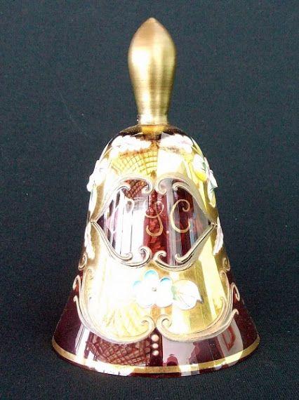 Antigo Sino de coleção em original CRISTAL VENEZIANO na cor rubi,com monograma, adornado com pintura de arabescos em ouro , trazendo o detalhe de delicadas flores de porcelana em biscuit e o badalo também de cristal . Medindo 12 cm de altura x 7 cm de largura