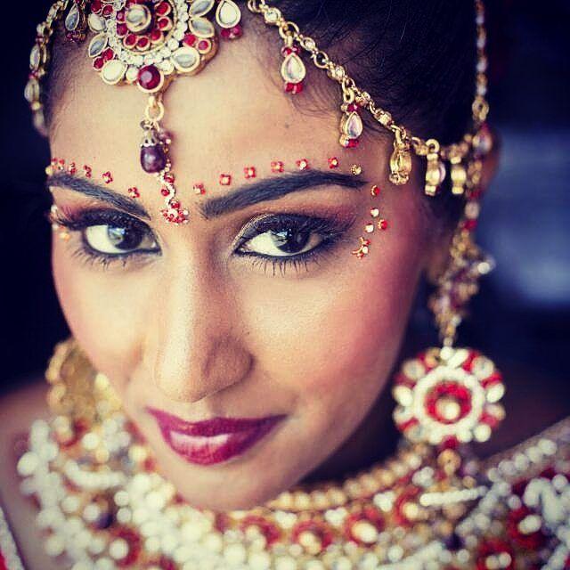Beautiful bridal makeup  by @beauty_bridal_studio  #j2j #joytojoy #easternoutfit #wedding #easternbride #bride #beauty #bridallook #bridalmakeup #earrings #wedding #indianwedding #indianbride #beautiful #eyes #elegant http://gelinshop.com/ipost/1521195527012871747/?code=BUcX0Wtg-5D