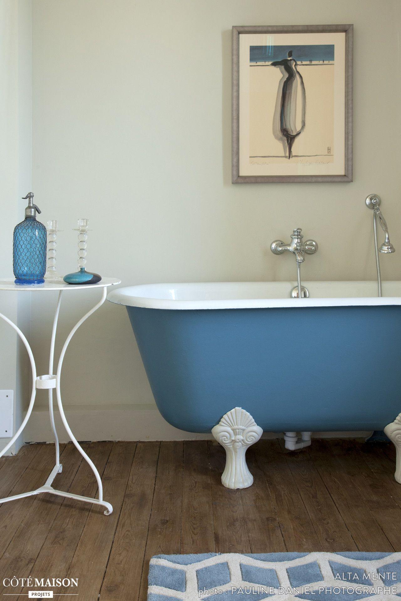 Moderniser Salle De Bain une baignoire à pieds peinte en bleu pour la moderniser