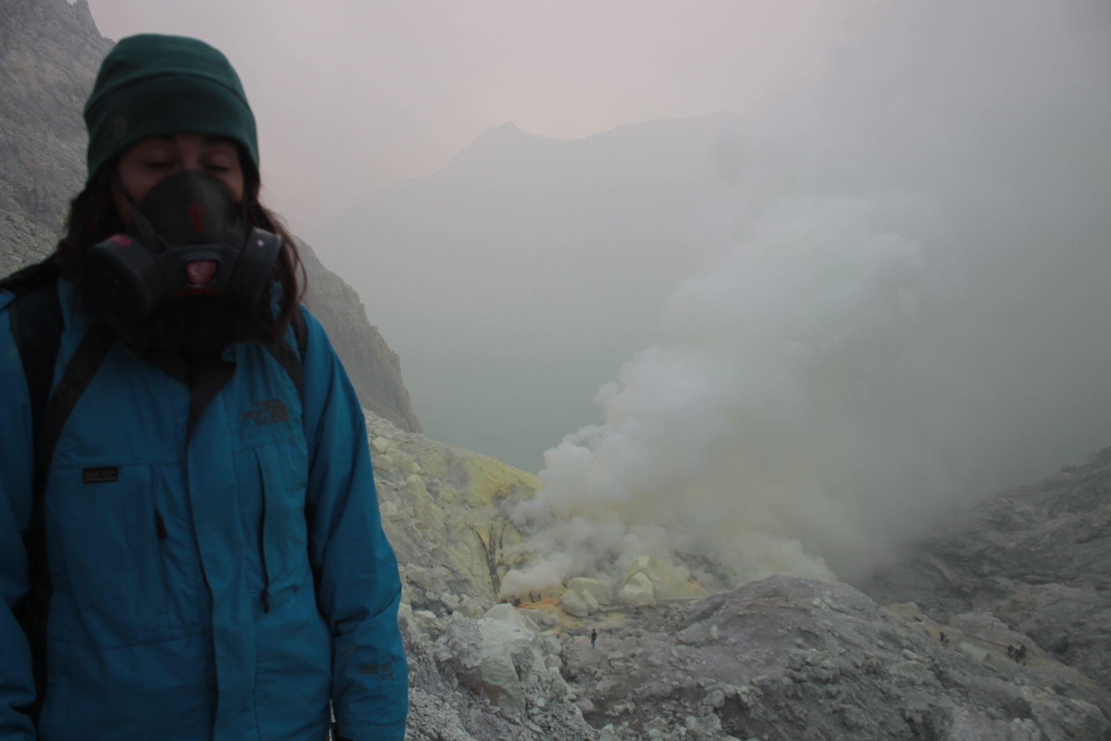 Roser con la mascara de gas ya lejos del crater