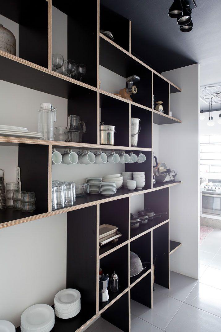 Pequeña cocina donde el hormigón y el tablero marino en negro, junto