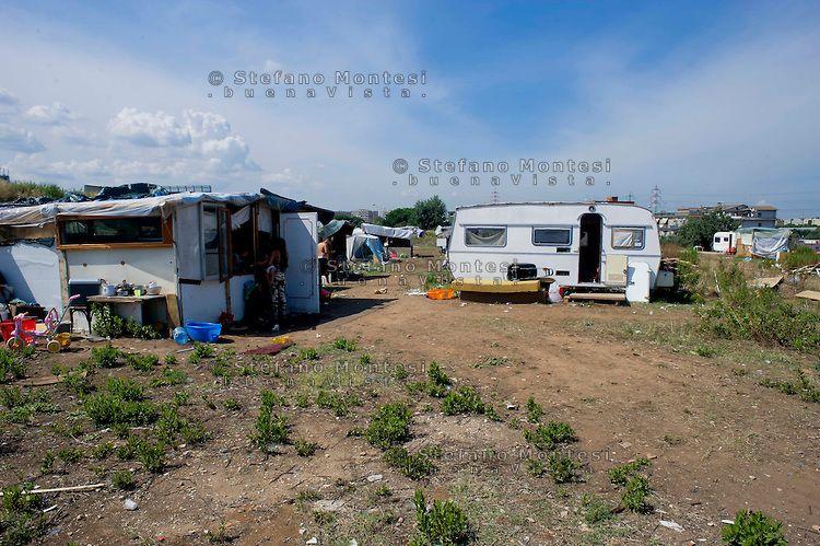 Roma 30 Agosto 2013 Il campo rom di Via Salviati  abitato da circa 160 persone  di origine serba scappati dopo che incendi dolosi  si sono verificati nel campo di Castel Romano ai loro danni.
