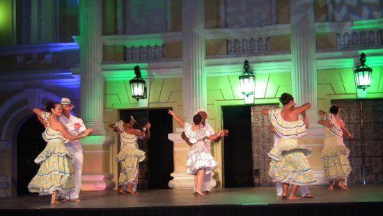Cientos de caleños colmaron las graderías del Teatro Al Aire Libre los Cristales, para apreciar la última gala del XIX Encuentro Nacional e Internacional de Danzas Folclóricas Mercedes Montaño.