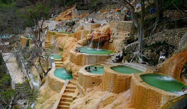 Dicas de Turismo – Grutas de Tolantongo no México – Canais montanhosos, piscinas naturais, água termal e trilhas para caminhadas  Localizado a apenas 164 km da Cidade do México, no Estado de Hidalgo, as Grutas de Tolantongo são paraíso entre montanhas com formações geológicas que, com o tempo, se tornou um espetáculo turístico .   LEIA MAIS EM http://sortimentos.com/dicas-de-turismo-mexico-destinos-grutas-de-tolantongo-no-mexico/