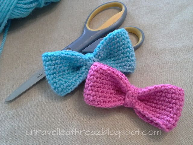 large crochet bows in pink and blue tutorial